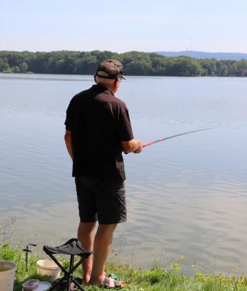 Pêcheur à la base de loisirs du Gué de Selle