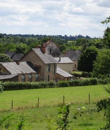 Vue de Saulges et Saint-Pierre-sur-Erve dans les Coëvrons